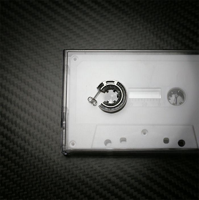 ピアス / カセットテープ ハブピアス / BLACK / 両耳 メンズ レディース ペア シルバー ブラック 人気 ブランド おすすめ 本物 プレゼント 誕生日 ギフト Vaporwave ヴェイパーウェイヴ カセットカルチャー アナログ 音楽 ユニーク